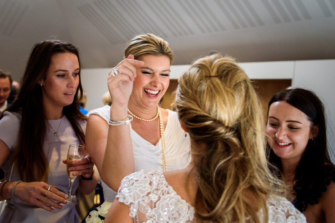Swan-at-shakespeare-globe-wedding-photography-127