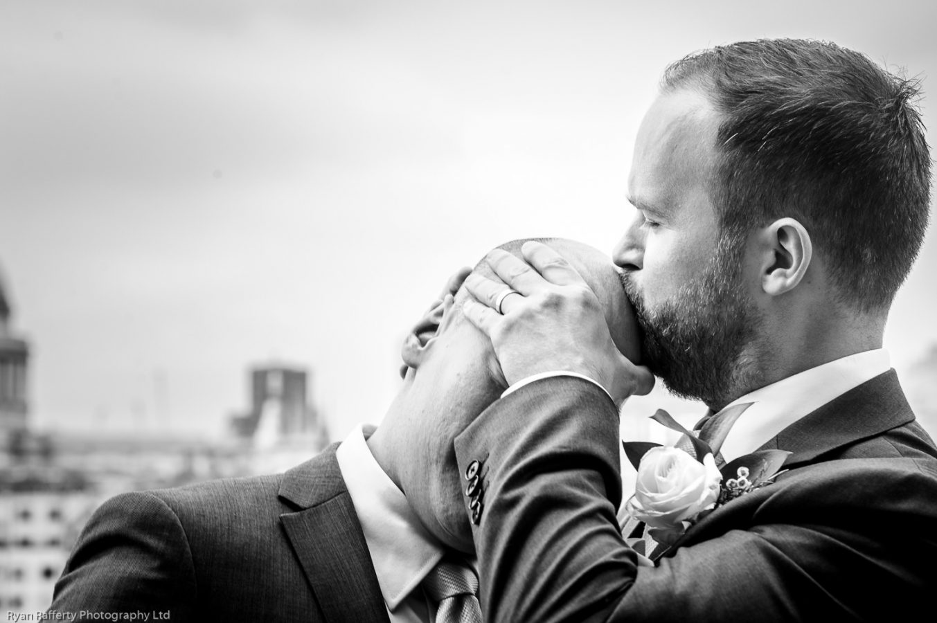 Swan-at-shakespeare-globe-wedding-photography-136