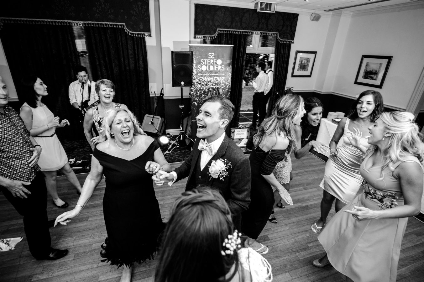 groom-and-wedding-guests-dancing-to-stereo-soldiers-dunkenhalgh-hotel