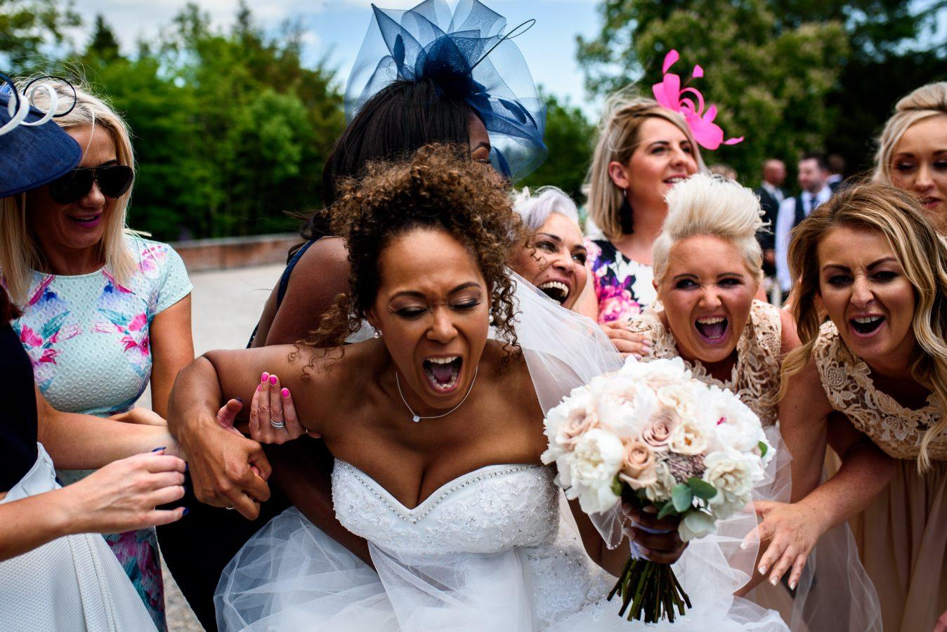 best-wedding-photos-2017-kimberley-and-bridesmaids-laughing