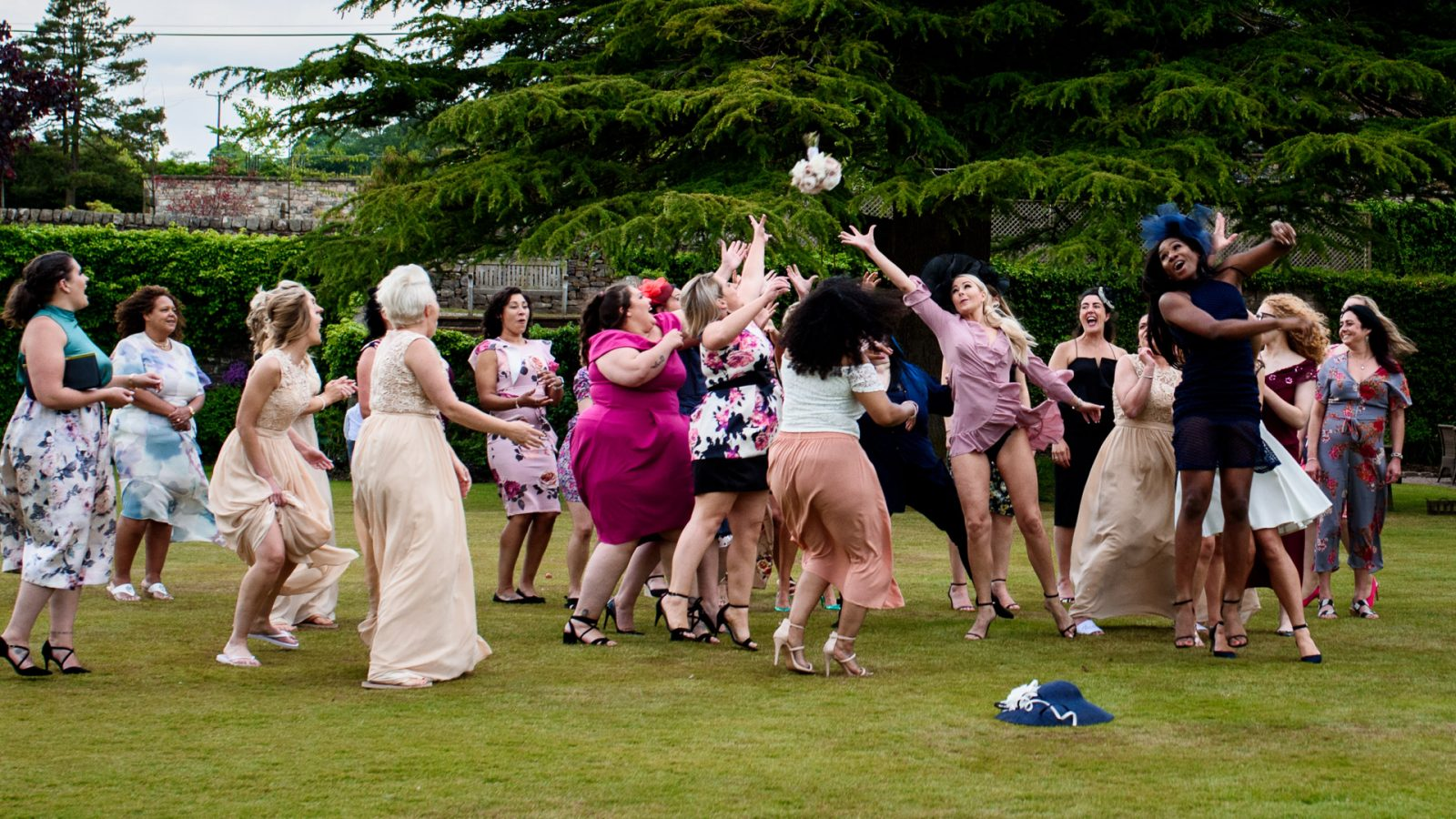 best-wedding-photos-2017-kimberley-and-joseph-bride-and-bridesmaids-catch-the-bouquet