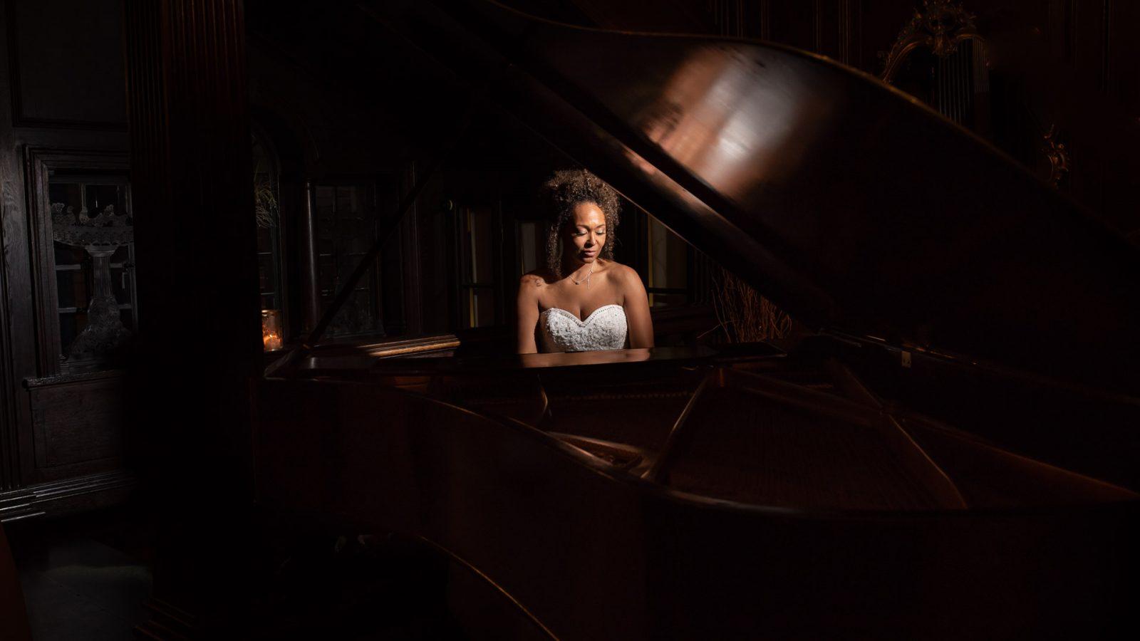 best-wedding-photos-2017-kimberley-and-matthew-bride-at-piano