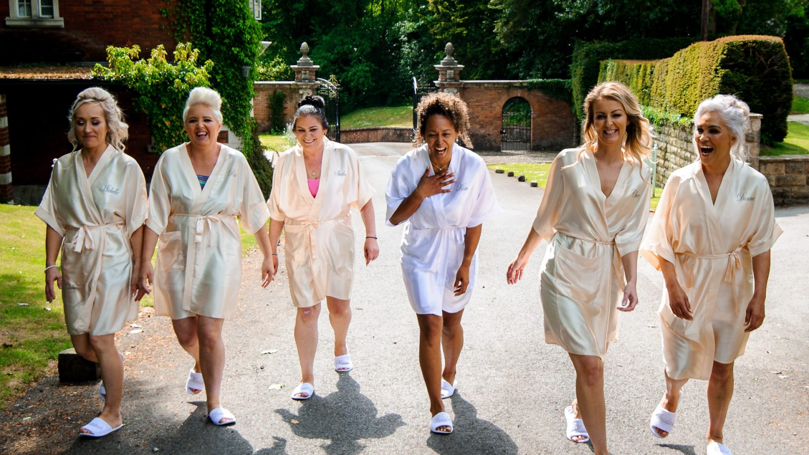 best-wedding-photos-2017-kimberley-and-matthew-withbridesmaids-getting-ready